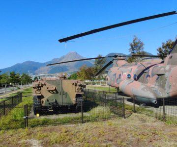 災害派遣自衛隊ヘリコプターと装甲車