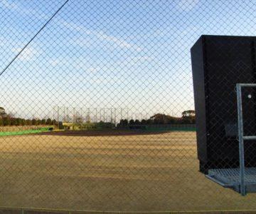 朝日を浴びた野球場