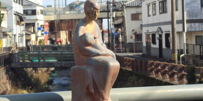 斜い橋 銅像 親子像