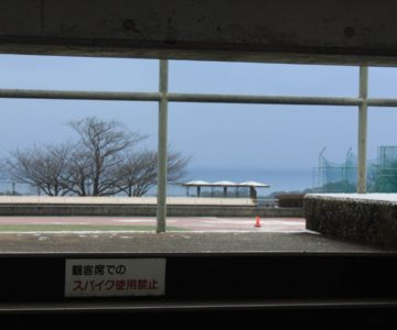 スタンドの隙間から島原陸上競技場