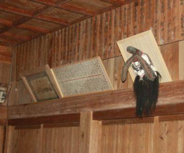 烏兎神社の拝殿内