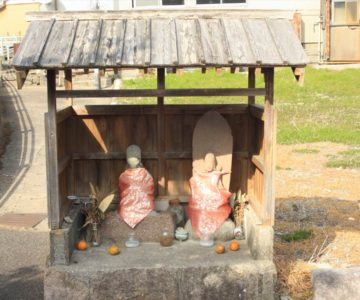 音無川沿いの石像