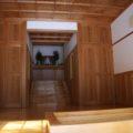 焼山神社 賽銭箱越しに社殿内