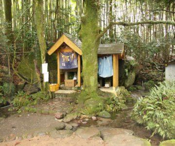 岩戸神社 役の小角の石像