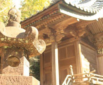 神代神社 石灯籠と本殿