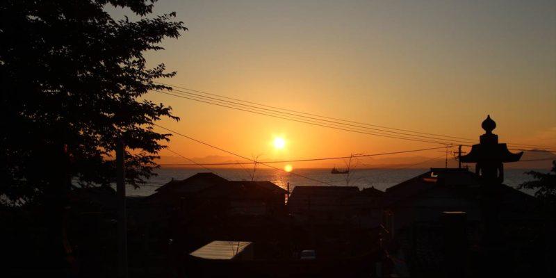 三会温泉神社からの朝焼け