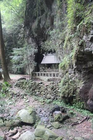 岩戸神社 滝壺と本殿
