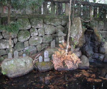 猛島神社 池と石碑
