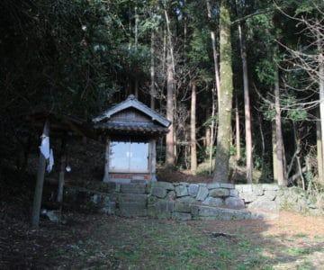 山の神社 祠