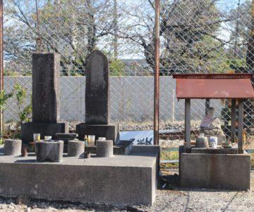 石像と慰霊碑