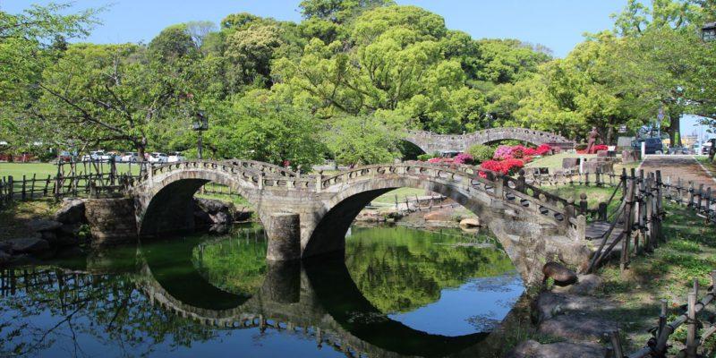 模型の眼鏡橋と背後の眼鏡橋