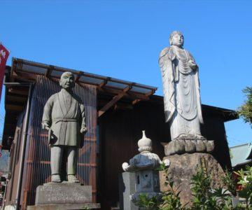 千代三郎と栄楽師如来の像